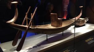 أحد المراكب التي عُثر عليها في المقبرة