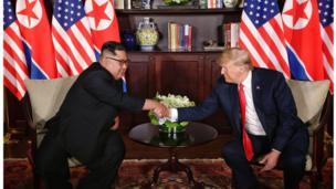 بار دوم کیم جونگ اون لبخند به لب داشت اما آقای ترامپ نه. با این حال محکمتر دست داد.