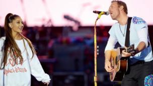 """المغني البريطاني كريس مارتن يشارك في إحياء حفل أريانا غراندي الذي نُظم تحت شعار """"حب واحد مانشستر""""."""