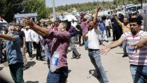 People gesture during the funeral of victims of the attack on a wedding party in Gaziantep (21/08/2016)