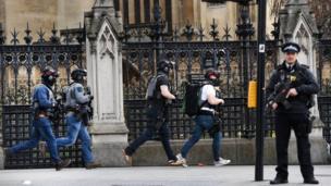 La policía acudió al Palacio de Westminster y al Puente de Westminster donde cinco personas, incluido un agente de la policía y el atacante, murieron.
