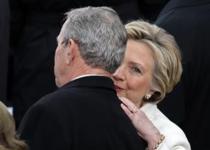 Hillary Clinton, ambaye alishindwa na Donald Trump, akimnong;onezea kwa masikio yake aliyekuwa rais wa zamani George Bush kabla ya kuapishwa kwa Trump