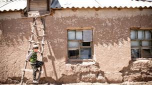 7 жаштагы Абдилаким Кыргызстандын тоолуу жана эң алыскы аймагы Чоң-Алайдын Жар башы айылынан