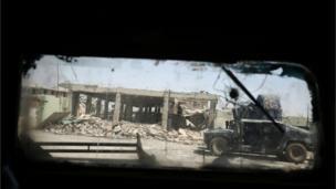 عربة مدرعة تابعة للجيش العراقي اثناء تقدم احدى وحداته في الهجوم لاستعادة مدينة الموصل القديمة
