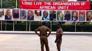 Le Nigérian Dr Peter U. Onu a succédé au Togolais Edem Kodjo et a dirigé l'OUA de 1983 à 1985.
