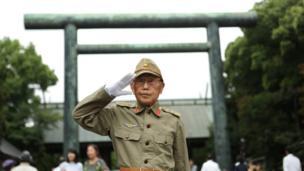 Nhật Bản kỷ niệm 72 ngày Đại chiến Thế giới II kết thúc ở châu Á, sau khi Nhật đầu hàng quân Đồng minh trong hai ngày 14 và 15/8/1945. Trong ảnh chụp hôm 15/8/2017, một cựu chiến binh Nhật mặc quân phục giơ tay chào.
