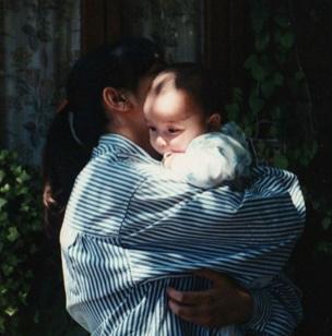 Una mujer con un bebé cargado
