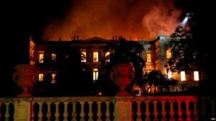 म्यूजियम में यह आग रविवार शाम को उस वक़्त लगी जब म्यूजियम बंद हो गया था, सोमवार सुबह तक दमकलकर्मी आग पर नियंत्रण पाने के लिए जूझते रहे.