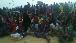 சென்னை கடற்கரையை விட்டு அகல மறுத்த பெண் போராட்டக்காரர்கள்