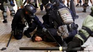 Policías reducen por la fuerza a un manifestante