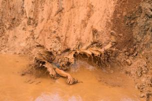 رجل يسقط في الطين