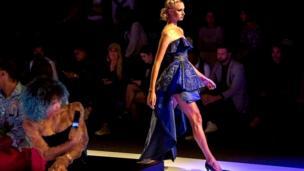 Cape Town - Fashion week : un modèle portant une création du couturier Lesedi Matlopeng du Botswana