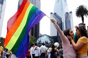 Para peserta Parade Gay Pride tahunan berkumpul di Mexico City.