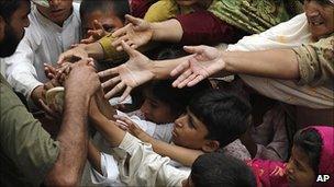 Pakistanis seek aid handouts in Risalpur, 3 August 2010