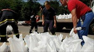 Rescue workers load sand bags onto a truck beside the Neisse River in Germany (8 August 2010)