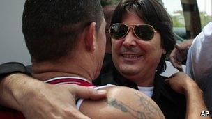Cuban exile Manuel Ubals Gonzalez (r) greets poet Regis Iglesias (l) on his arrival in Madrid (17 August 2010)