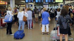 Airport passengers - file image July 2010, Paris