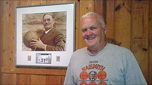 The mayor with a picture of the inventor