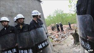 Chinese enforcers guard demolition site in Wuhan - 7 May 2010