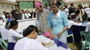 Volunteers in Shan ethnic dress take part in a voting demonstration in Nay Pyi Taw, Burma (18 Oct 2010)