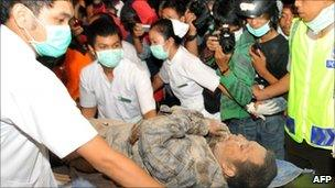 An injured man is treated in Pakem, Sleman, Indonesia (26 Oct 2010)