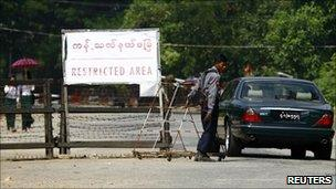 A vehicle passes a checkpoint near the home of Aung San Suu Kyi (12 November 2010)