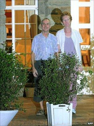Released British couple Rachel and Paul Chandler stand outside the British Embassy residence in Nairobi after they arrived from Mogadishu following their release by Somali pirates [14 November 2010]