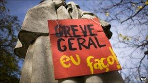 """Placard reading: """"General Strike I do it!"""" on a statue in the centre of Lisbon"""