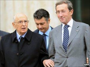 Gianfranco Fini (R) listens to Italian President Giorgio Napolitano (L) (15 November 2010)