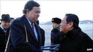 Bill Richardson shakes hands with a North Korean official in Pyongyang (16 December 2010)