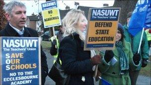 Teachers on strike in Duffield