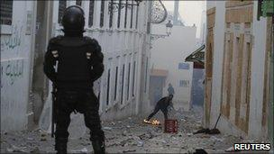 Protester throws stones at riot policeman (28/01)