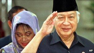 Former Indonesian President Suharto salutes after announcing his resignation. 21 May 1998