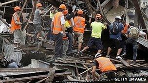 Rescuers search debris in Christchurch, 22 Feb 2011