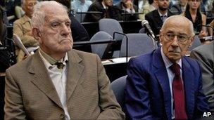 Reynaldo Bignone (left) and Jorge Videla (right) at the start of their trial on 28 February