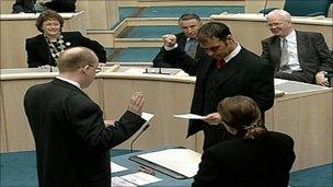 Tommy Sheridan swearing an oath of allegiance to the Queen with a clenched fist