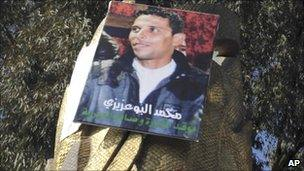 Protesters with a picture of Mohamed Bouazizi in Sidi Bouzid, Tunisia (January 2011)