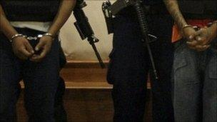 Alleged members of the Zetas drug cartel in Mexico in handcuffs (Archive photo)