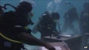 Maldives Cabinet meets underwater