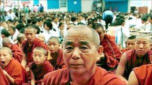 Mynachod Tibetaidd yn gweddio