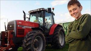 Tom Phillips ger tractor ei dad