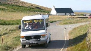 Cardi Bach ym Mwnt