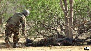 Kenyan soldiers advance near Liboi in Somalia, on 18 October 2011,