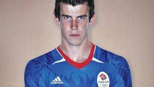 Bale yw'r chwaraewr cyntaf i gael ei weld yn gwisgo'r crys