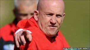Hyfforddwr amddiffyn Cymru, Shaun Edwards