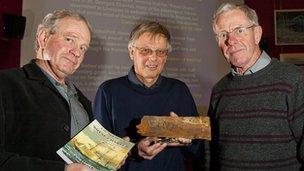 Charles a Hugh Williams gyda Chris Holden