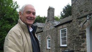 David Rowley y tu allan i hen Ysgol Llanrhos