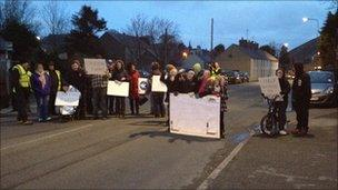 Protestwyr yn Llanalhaearn fore Mercher