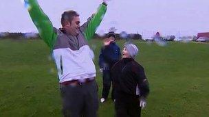 Gareth Wyn Hughes gyda golffwr ifanc