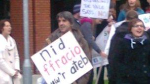 Protest yn erbyn cynllun ffracio